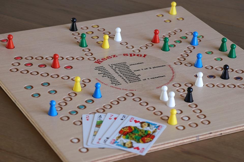 Společenské hry ocení pod stromečkem i starší děti. Jaké vybrat?